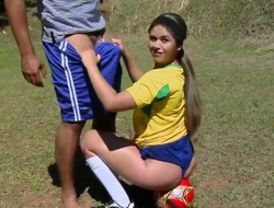 Soccer player Fernenda asked Tony Tigrao to let her get some ravishing manner before the match